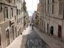 De oude straat van Lissabon stock afbeelding