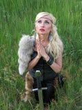 De oude strijdersvrouw bidt royalty-vrije stock foto