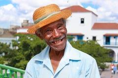 De oude sympathieke Cubaanse mens met strohoed maakt een fu stock afbeeldingen