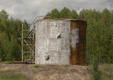 De oude tank van de olieopslag Stock Afbeeldingen