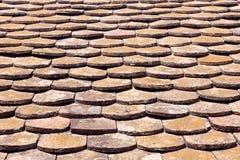 De oude tegels van het terracottadak Stock Afbeeldingen