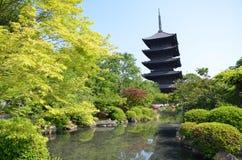 De oude tempel van Japan met groene bomen royalty-vrije stock afbeelding