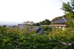 De oude tempel van Japan met groene bomen en landschapsmening royalty-vrije stock foto