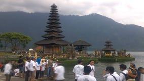De oude Tempel van Ulun Danu in Beratan-Meer, Bali stock videobeelden