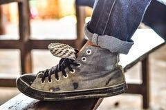 De oude tennisschoenen van reizigerswho treffen voorbereidingen om aard in het bos te bezoeken stock foto's