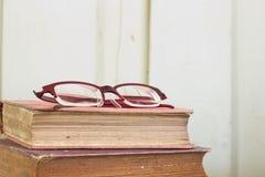 de oude textuur van boekpagina's met oogglazen. Royalty-vrije Stock Foto's