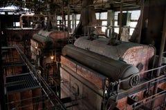 De oude thermische elektrische centrale, roestig en retro ziet eruit stock fotografie