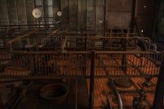 De oude thermische elektrische centrale, roestig en retro ziet eruit stock afbeeldingen