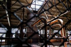 De oude thermische elektrische centrale, roestig en retro ziet eruit royalty-vrije stock afbeeldingen