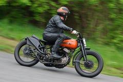 De oude tijdopnemer van de motorrijder door de rit bij upwards Royalty-vrije Stock Afbeelding