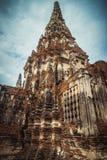 De oude toren in de geruïneerde oude tempel in Ayutthaya Stock Foto's