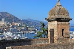 De oude toren en baai van Monaco. Stock Afbeelding