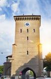 De oude toren ` Isartor ` in München in Beieren is één van vier belangrijke poorten van de middeleeuwse stadsmuur stock foto's