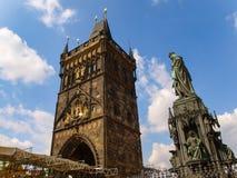 De Oude Toren van de Stadsbrug en het Monument van Charles vierde in Praag, Tsjechische Republiek stock fotografie