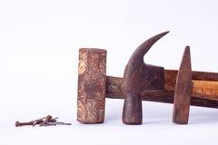 de oude Traditionele gebogen die klauwhamer en Kopspijkerhamer en de de Sleehamer en roest nagelen kopspijker op wit geïsoleerd h Stock Foto
