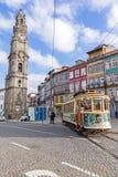 De oude tram gaat door de Clerigos-Toren over Royalty-vrije Stock Foto's