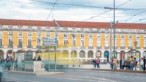 De oude tram van Lissabon op de manier aan Handelsvierkant in oude stad timelapse stock footage