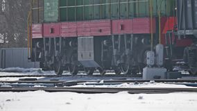 De oude treinritten in de winter op de sporen ligt sneeuw oude goederenwagonnen in openlucht vracht stock videobeelden