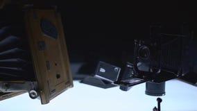 De oude tribune van bioskoopapparaten op de verlichte lijst stock footage
