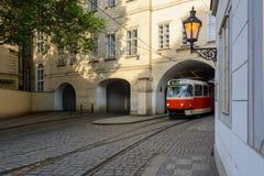 De oude Tsjechische tram verlaat de boog op de straat van Praag Royalty-vrije Stock Afbeeldingen