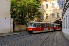 De oude Tsjechische tram verlaat de boog op de straat van Praag Stock Fotografie