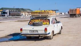 De oude typeauto laadde volledig met appelen stock afbeelding