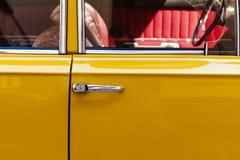 De oude uitstekende achtergrond van auto gele deuren, vernieuwingsconcept Royalty-vrije Stock Foto's