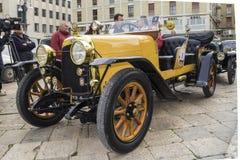 De oude uitstekende auto van autoceirona op de weg 1920 Stock Afbeelding