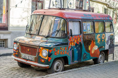 De oude uitstekende retro verlaten auto geschilderde graffitikunstenaars in de hippy stijl is gebroken op één van de straten van  Royalty-vrije Stock Fotografie