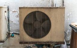 De oude uitstekende roestende eenheid m van de metaalbuitenkant gepaste airconditioning royalty-vrije stock fotografie