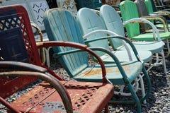 De oude uitstekende stoelen van het metaalgazon Stock Foto