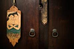 De oude uitstekende Thaise stijl van stoort teken het hangen in een hotel niet royalty-vrije stock afbeeldingen