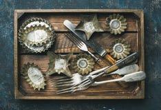 De oude uitstekende vormen en het bestek van het tinbaksel in houten dienblad Royalty-vrije Stock Foto