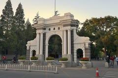 De oude Universiteit van poorttsinghua, Peking Stock Afbeeldingen