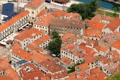 De oude van steenhuizen en gebouwen stad van Kotor stock foto's