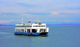 De oude veerboot vervoert auto's aan het eiland in Thailand Stock Foto
