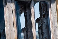 De oude vensters met gekrast glas is dicht royalty-vrije stock foto's