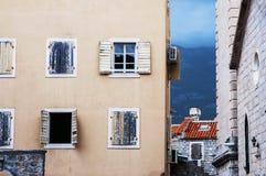 De oude vensters van stadsbudva Royalty-vrije Stock Afbeeldingen