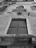 De oude vensters van Venetië Italië met blinden Stock Foto's