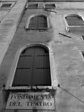 De oude vensters van Venetië Italië met blinden Royalty-vrije Stock Afbeeldingen