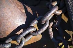 De oude verbinding van de ankerketting in de verbinding Stock Foto
