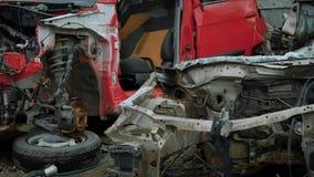 De oude verbrijzelde organismen van grote vrachtwagens zijn in openlucht in een afvalstortplaats, beweegt de camera langzaam en p stock video