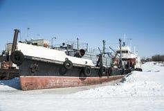 De oude verlaten boot is bevroren bij de pijler op de rivier Royalty-vrije Stock Fotografie