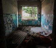 De oude, verlaten bouw die door dakloze mensen wordt gewoond in royalty-vrije stock afbeeldingen