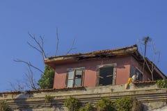 De oude verlaten bouw met gebroken vensters Istanboel stock foto