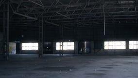 De oude verlaten bouw, met vuilnis binnen en gebroken glas stock footage