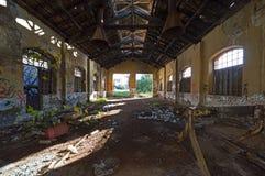 De oude, verlaten bouw van de treindienst Royalty-vrije Stock Fotografie