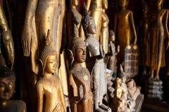 De oude verlaten die standbeelden van Boedha met stof bij Wat Xieng Thong-tempel worden behandeld Luang Prabang, Laos royalty-vrije stock fotografie
