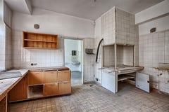 De oude, verlaten en vergeten bouw Stock Foto's