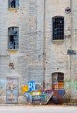 De oude verlaten fabrieksbouw en container Stock Foto